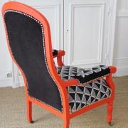 Fauteuil Voltaire rénové peint corail et tissu noir et blanc