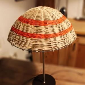 Lampe sur pied couleur chocolat abat-jour champignon en rotin