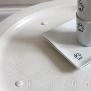 petit guéridon plateau oriental peint en blanc