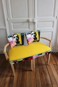 """Banquette réalisée avec une paire de fauteuils Bridge années 50 accolés habillé d'un tissu """"Pop"""""""
